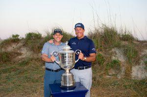 弟のティムさん(左)をキャディに従え、50歳で史上最年長メジャー優勝を果たしたフィル・ミケルソン(photo/PGA of America)