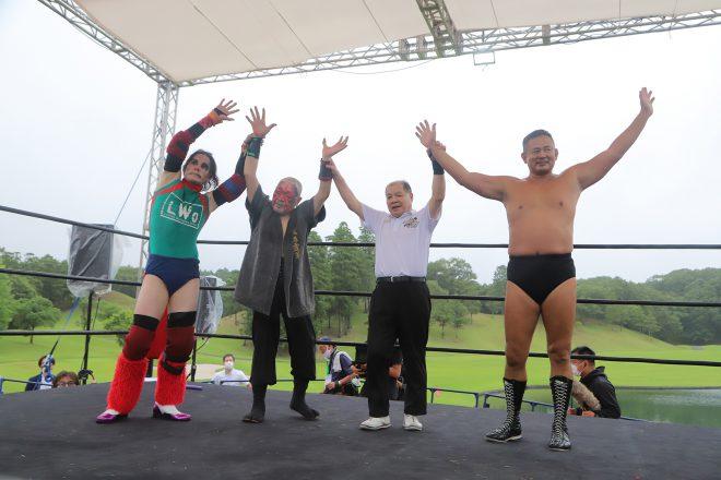 男子は、KEITA in The House(左)と西村修(右)の勝利に終わった。左から2番目はセコンドのザ・グレート・カブキ。