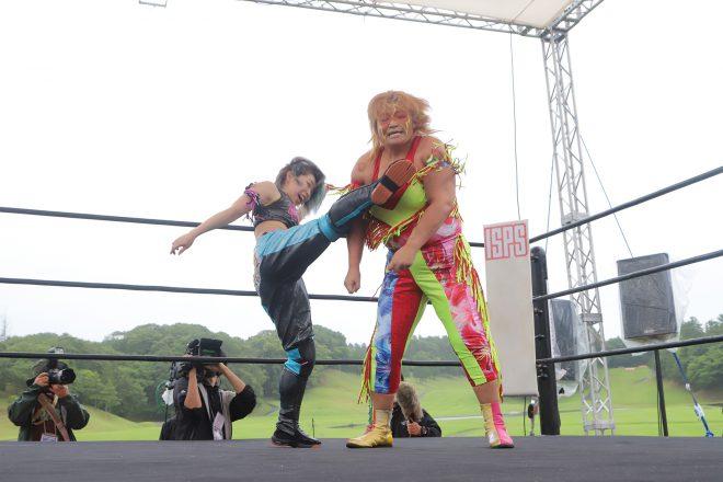 女子プロレスも迫力満点。蹴り上げているのはマドレーヌ、右は井上京子。