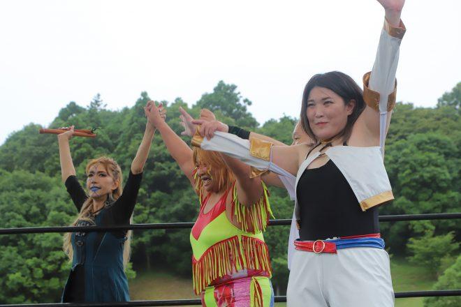 女子の部の優勝は、井上京子(中央)、デボラK(右)。左は一時、プロゴルファーを目指したこともあるブル中野。